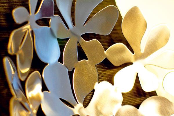 Ani v čistom a jednoduchom interiéri by nemali chýbať doplnky. Inak by ostal neosobný a bez duše. Kvety, z ktorých je poskladaná nežná misa na ovocie, rafinovane ladia so vzorom na japonských závesoch a vytvárajú dôležitý protiklad k prevládajúcej geometrickej strohosti nábytku.