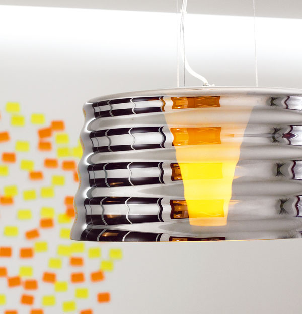 Na strope nad záhlavím postele je zo sadrokartónu vytvorená nika na líniové LED osvetlenie. Stenu za posteľou oživil domáci pán vtipne kruhom zpapierikov post-it – inšpiroval sa obrázkom včasopise.