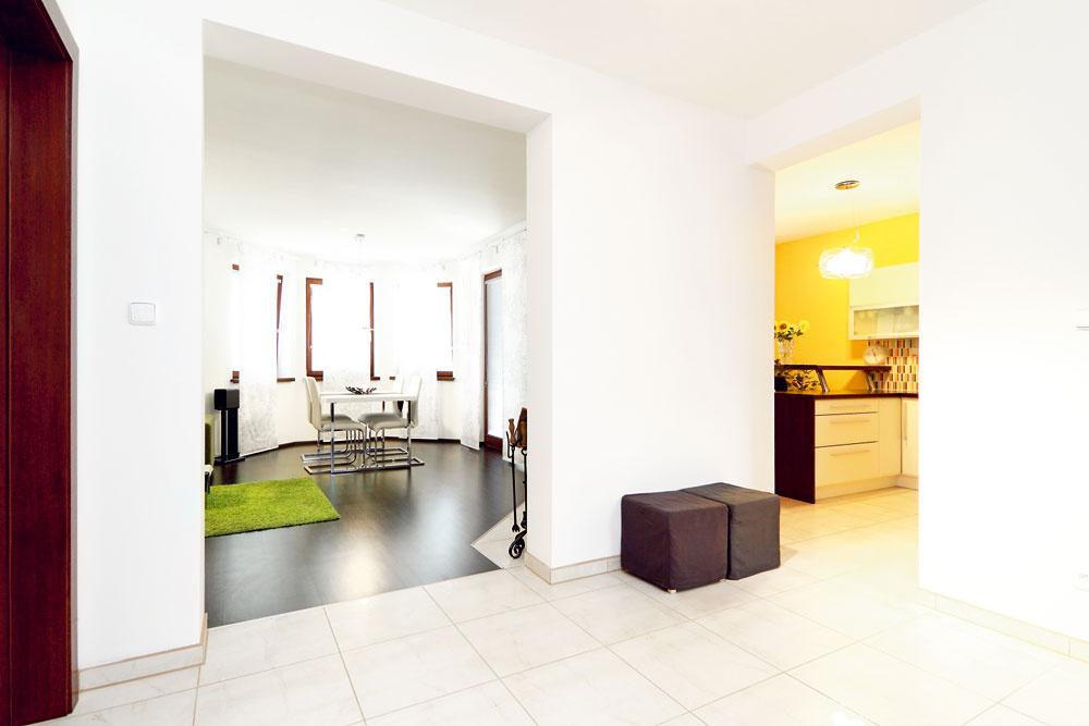 Kuchyňa tvorí relatívne samostatnú časť denného priestoru. Dá sa do nej vojsť priamo zo vstupnej haly alebo zjedálne – vobidvoch prípadoch oddeľuje susediace miestnosti len otvor bez dverí. Na hranici pracovnej kuchynskej zóny stojí rohový kozub.