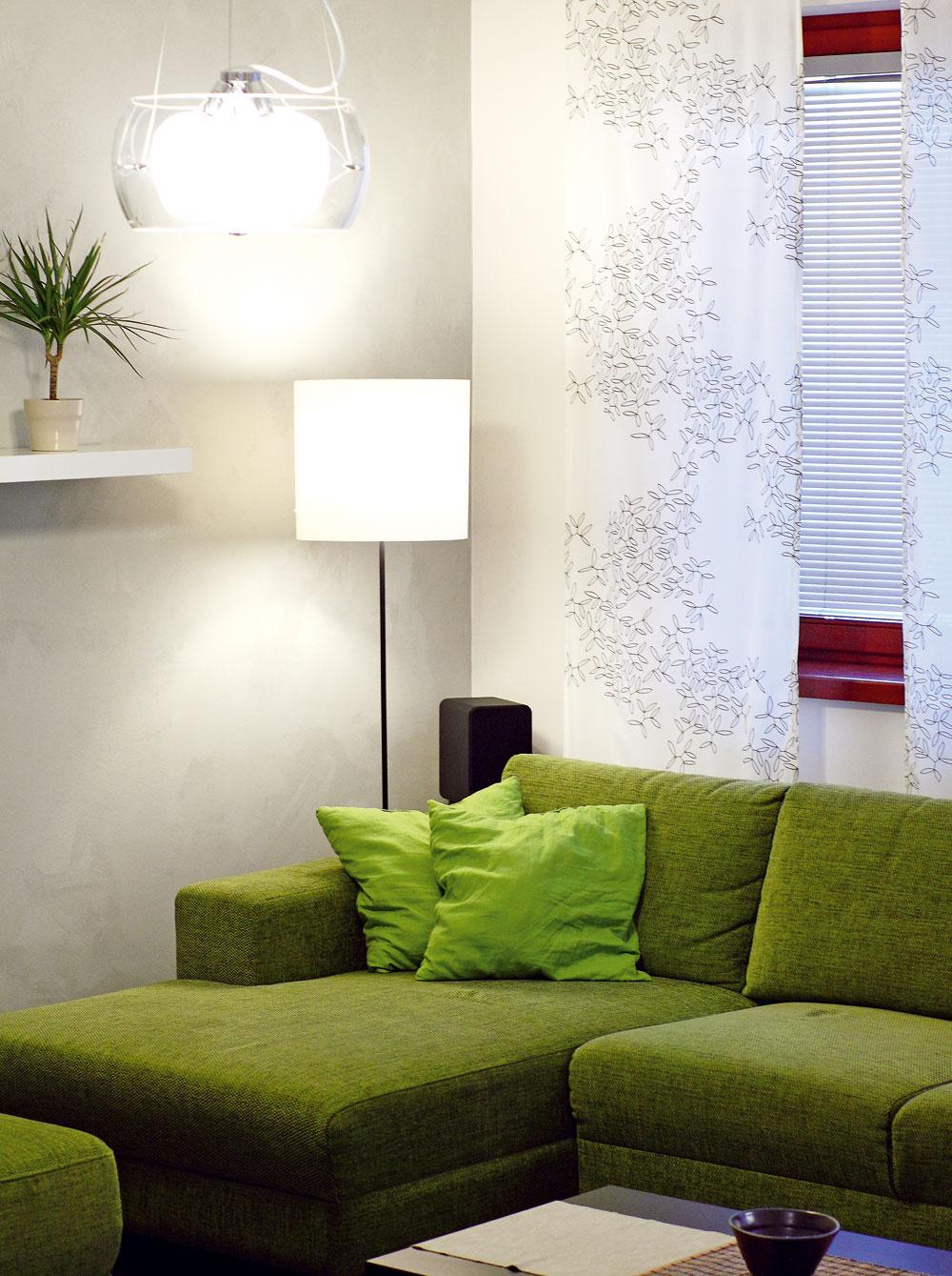 Pohodlná sedačka sa využíva aj na príležitostné spanie pre návštevy. Pod čalúnením sa skrýva dostatok úložného priestoru – najmä na periny.