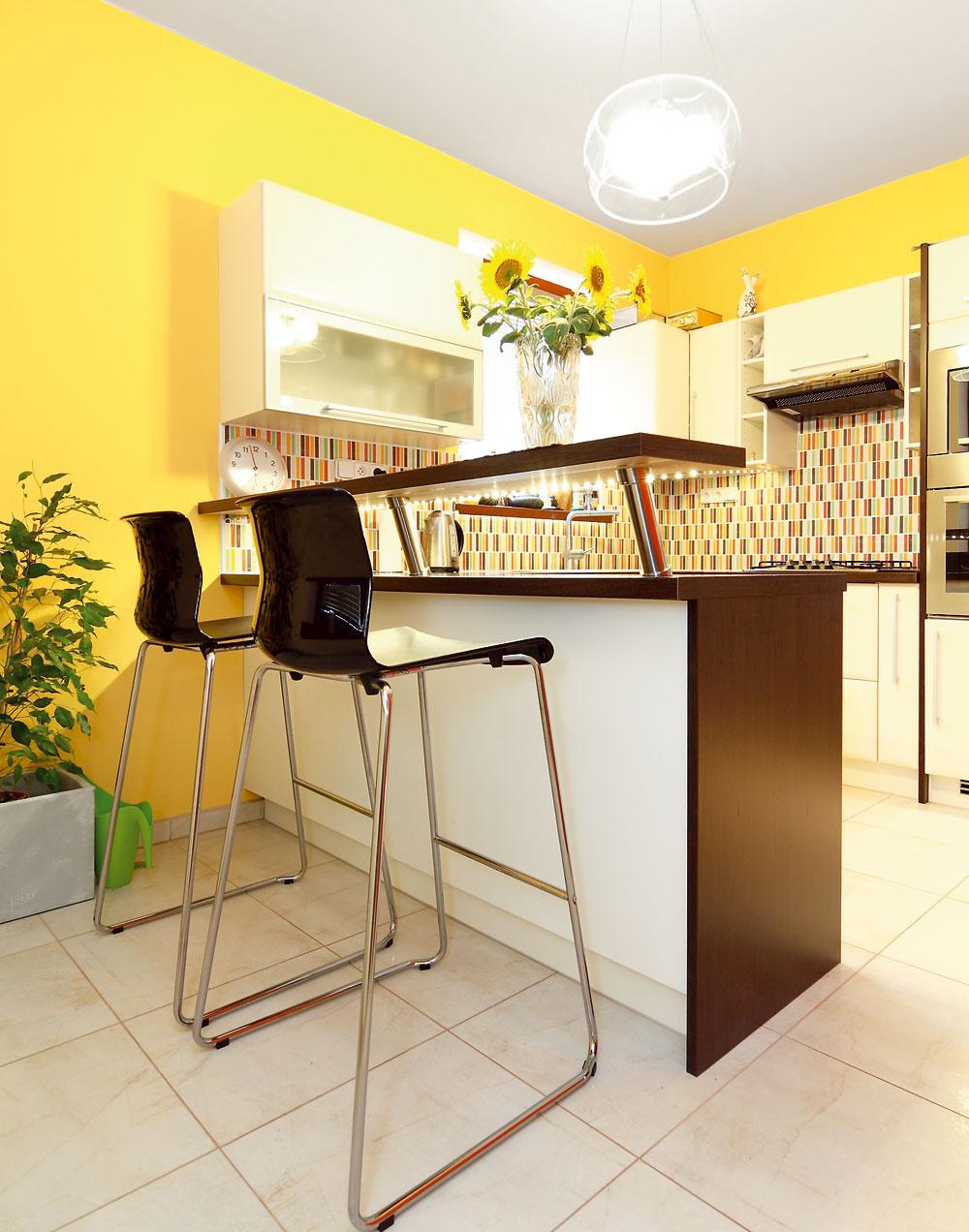 Keďže Peter býva vdome zatiaľ sám, využíva len miestnosti na prízemí. Architektka Anna Zimová navrhla na základe jeho požiadaviek zariadenie obývačky, jedálne aspálne.