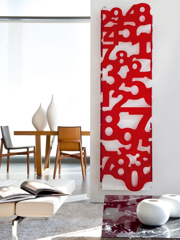 Zdielne dizajnéra Jamesa Di Marco: radiátor Digit od výrobcu Caleido, inšpirovaný svetom čísel, symbol moderného človeka. Oceľové telo radiátora oblečené do číslicového obleku zmetakrylátu. Vyrába sa vtroch rozličných výškach pri šírke 56 cm. Cena od 1 940 €