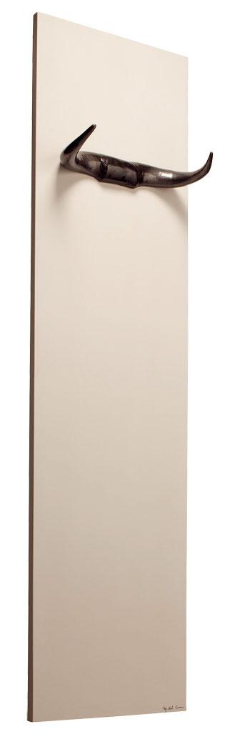 Dizajnový kúsok Toro od Johanny Cinier. Ako už názov naznačuje, radiátor od výrobcu Cinier evokuje býčiu silu apotenciu. Kovové rohy umiestnené na bielom kamennom korpuse sú potiahnuté titánom alebo bronzom. Cena 3 411 €