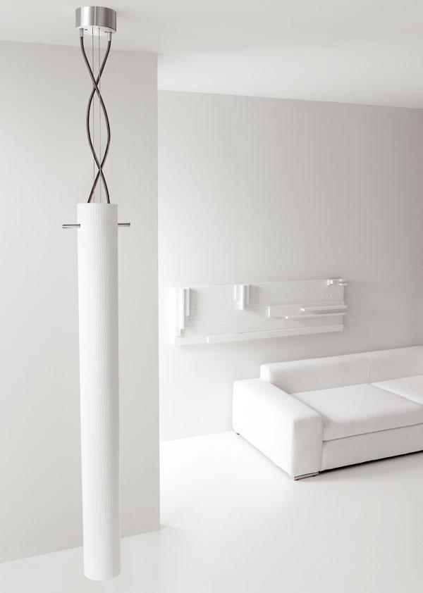 Dizajn: Studio Martino. Radiátor Tiki od výrobcu Gruppo Ragaini je modernou interpretáciou nadčasového totemu vdomácom prostredí. Hliníkové telo radiátora je vponuke vrozličných farbách vo farebnej škále RAL alebo vchrómovom vyhotovení či znehrdzavejúcej ocele. Jeho inštalácia môže byť buď stropná (na obrázku), vcelkovej dĺžke 240 cm, svykurovacím telom vdĺžke 180 cm, alebo druhým variantom celkovej dĺžky 180 cm je jeho upevnenie na stenu. Výkon 700 W pri systéme svodou ako teplonosným médiom, 800 W pri systéme svyužitím elektrickej energie. Cena od 1 200 €.