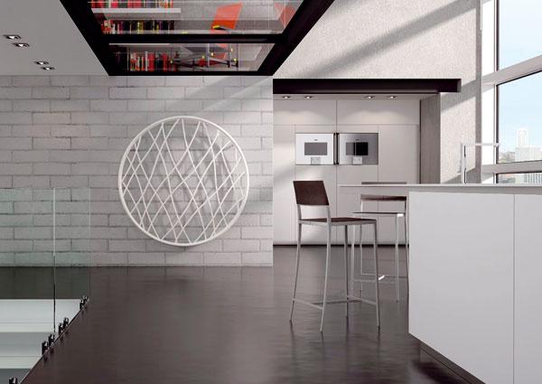 Radiátor Medusa od výrobcu Irsap je vytvorený zdvoch kruhov spojených spleťou rúrok rozličných priemerov. Dizajnér Luigi Molinis ponúka rafinované spojenie tvaru kruhu aštíhleho vzhľadu so symbolikou vetra adynamiky života. Priemer 141 cm dodá aj výkon potrebný na vykúrenie miestnosti. Cena 6 338 €.