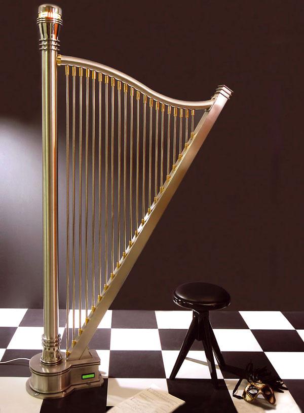 Máte chuť na niečo extra? Dvojmetrový radiátor Adagio zdizajnovej dielne Carisa zantikora vtvare harfy spozlátenými detailmi. Cena 16 800 €.