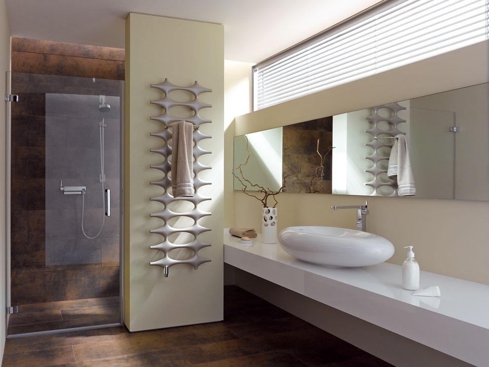 Futuristický dizajn radiátora Ideos od výrobcu Kermi. Výkon pri teplovodnom systéme vzávislosti od veľkosti radiátora sa začína od 262 W amôže dosiahnuť až 963 W, pri elektrickom vyhotovení od 500 W do 1 100 W. Cena od 636 €.