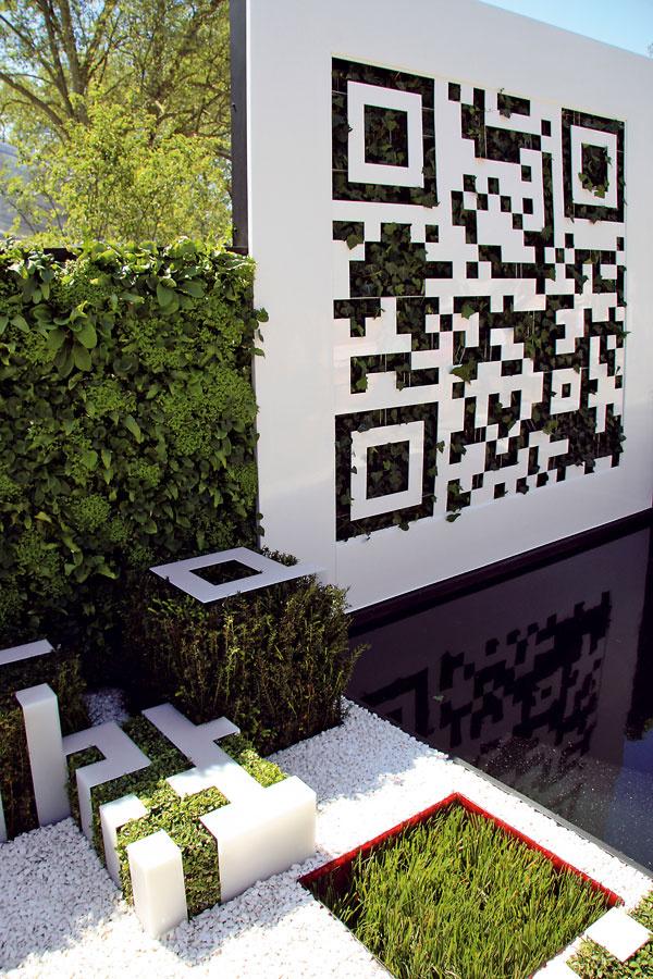 Tip do záhrady: Moderné doplnky v zeleni Moderná záhrada by mala byť moderná nielen skladbou rastlín, výberom materiálov a farebnosťou, ale aj doplnkami. Na jednej z minuloročných záhradných výstav v Spojenom kráľovstve sa ako netradičný doplnok objavil QR kód. V záhradnom priestore pôsobí takýto panel zaujímavo, žiada si to však premyslené zakomponovanie a pekné orámovanie zeleňou. Nezaškodí, ak sa tento motív zopakuje aj na ďalších miestach.