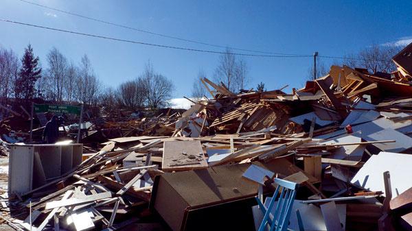 Starý drevený nábytok sa poctivo zbiera a raz za týždeň sa rozomelie na drvinu, ktorá sa buď spáli, alebo sa využije ako stavebný materiál.