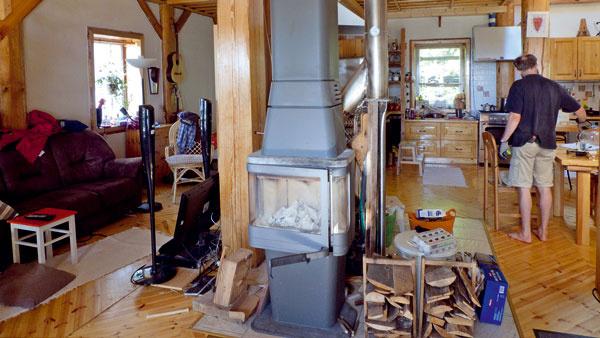 Interiér domu prichytený pri čine, bežnom živote.