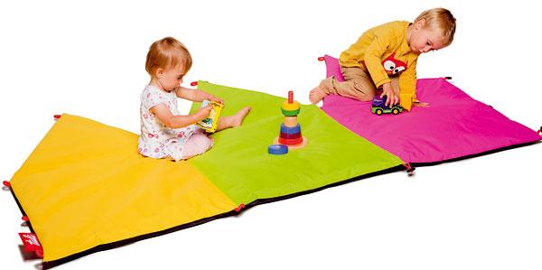 Variabilná hracia plocha 3K zodolnej polyesterovej látky. Rozmer hracej plochy je 140 × 85 cm, zložená má 45 × 45 × 11 cm. Cena 129,90 €