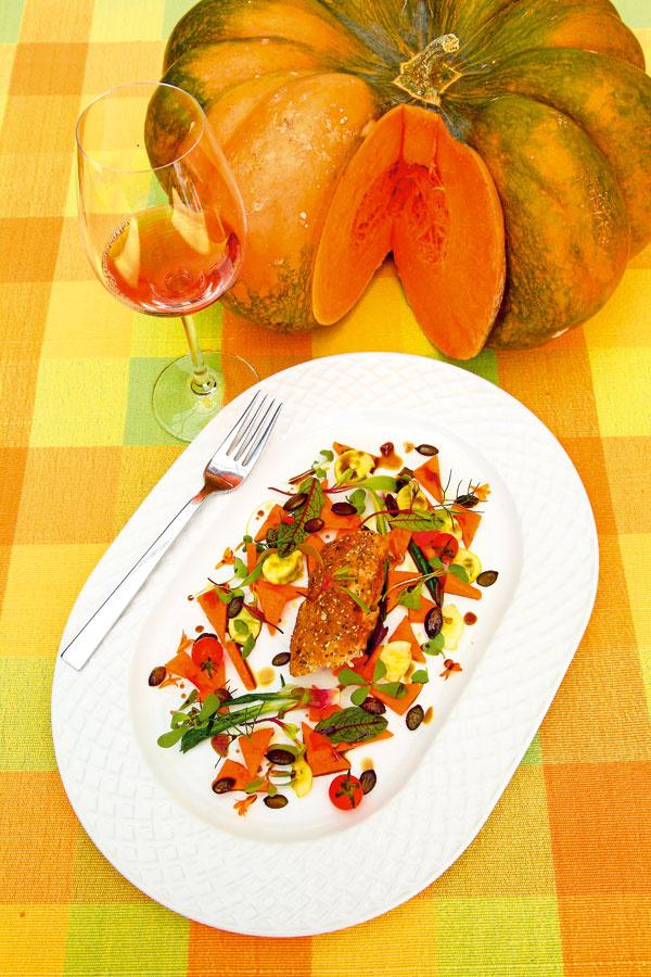 Vyprážaný chrbát z králika  na vlažnom tekvicovom šaláte   500 až 600 g vykosteného chrbta zkrálika 100 g tekvicových jadierok 300 g tekvice (muškátovej alebo maslovej) olivový olej, tekvicový olej, ocot, soľ, cesnak, tymian bylinky acherry paradajky na ozdobenie strúhanka, múka, vajcia  1. Chrbát nakrájajte na rovnaké kúsky, osoľte aobaľte vmúke, vajciach astrúhanke, do ktorej ste pridali pomleté tekvicové jadierka. Vypražte voleji. 2. Tekvicu nakrájajte na rovnaké kúsky aopečte na panvici solivovým olejom, cesnakom, tymianom aosoľte. Ešte teplé dochuťte octom acukrom.  Servírovanie Teplý tekvicový šalát uložte na tanier, ozdobte bylinkami, cherry paradajkami, posypte opečenými tekvicovými zrnkami apolejte tekvicovým olejom. Vyprážaný chrbát uložte do stredu taniera.  Obmenou králika môžu byť kuracie prsia alebo bravčová panenka.