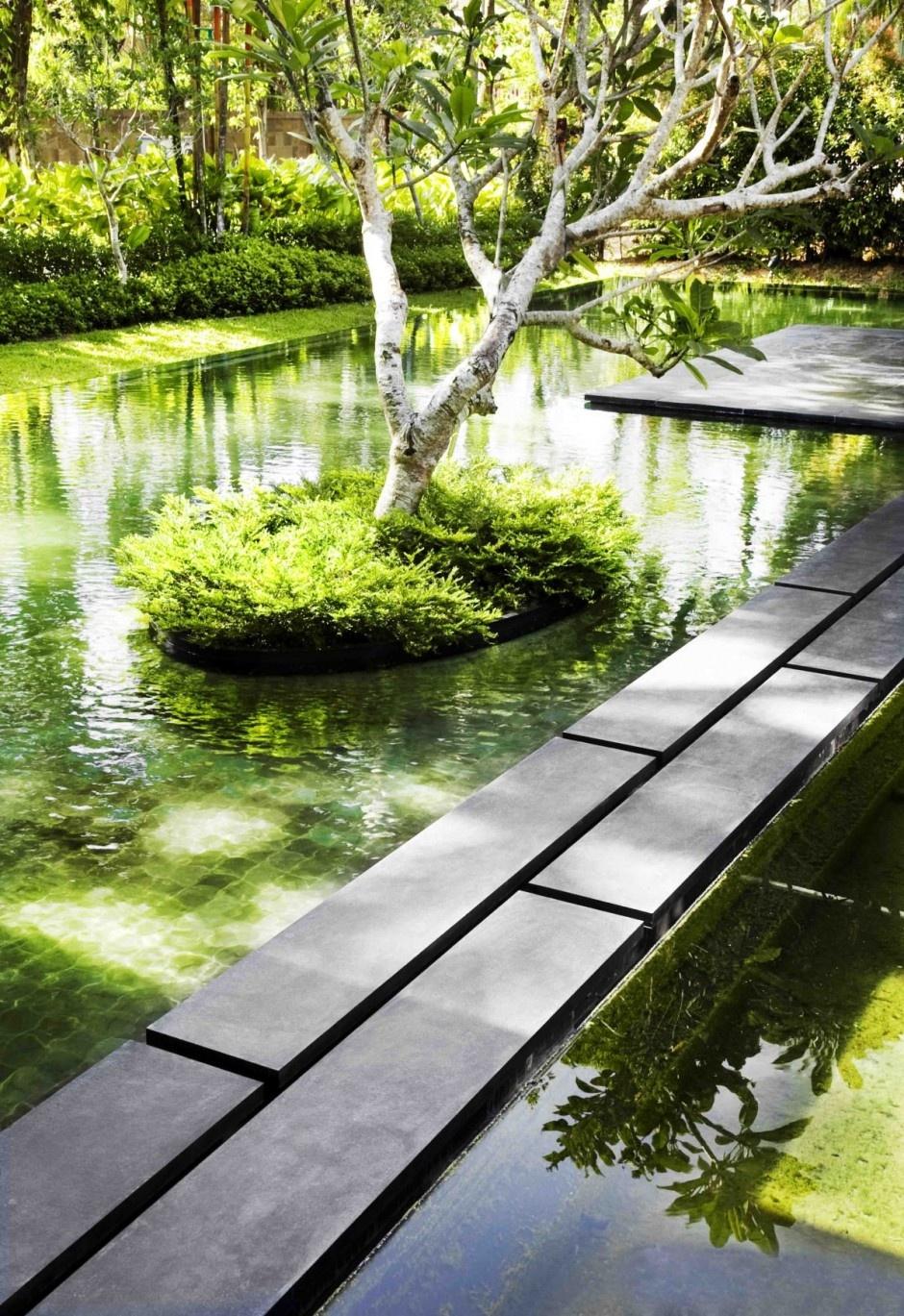 Nechýbajú ani umelé rybníky a jazierko, ktoré očarúvajú svojou upokojujúcou atmosférou a spolu s mini ostrovčekmi, na ktorých sa vyníma krásna zeleň a stromy, tvoria najkrajšiu časť celej stavby.