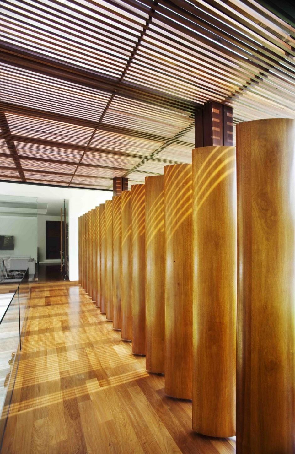 Konečnú podobu domu vo veľkej miere ovplyvnil hlavne vkus budúceho majiteľa, ktorý je zberateľom umeleckých predmetov a sôch a to ho inšpirovalo, aby bola hlavná konštrukcia domu postavená na hrubých stĺpoch.