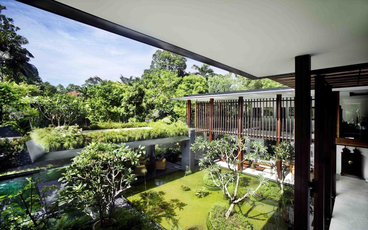 """Dom je postavený v tvare písmena L, vďaka čomu ponúka dostatok priestoru a zbytočne """"nezhusťuje"""" obývacie priestory."""