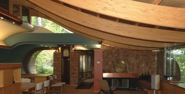 Je v ňom izba zariadená na cvičenie jogy, kúpeľne obložené drevom a meďou.
