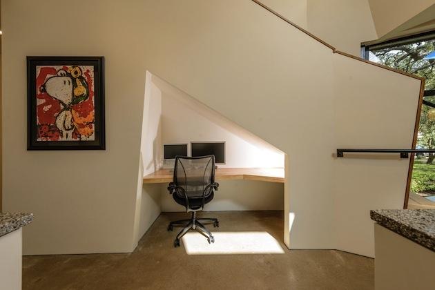 2. Pracovňa pod schodami