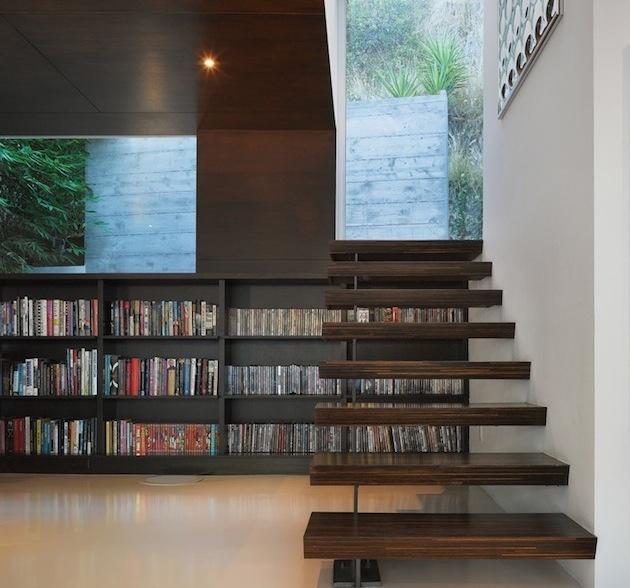 4. Videotéka pod schodami