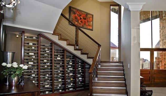 11. Vinotéka pod schodami