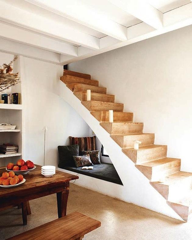 14. Relaxačný kútik pod schodami