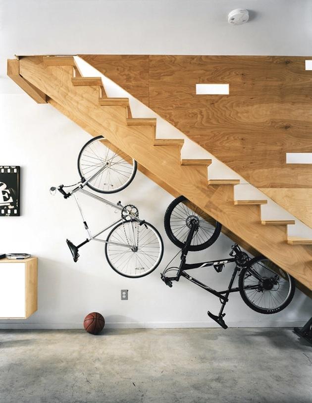 19. Bicykle pod schodami