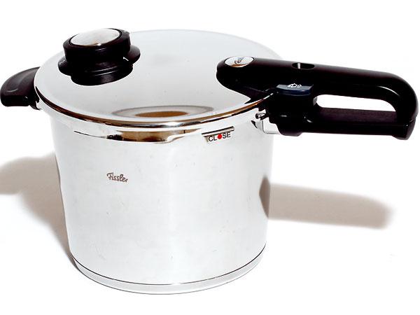 3. Fissler Vitavit Premium  219 € (BBQ Service), Fissler, 6 l, antikorová oceľ, odmerka vhrnci, navádzač nasadenia pokrievky  Hodnotenie +  jednoduché otváranie, možnosť varenia nielen pod tlakom, ale aj vpare, jednoduchá manipulácia avarenie  – vysoká cena, príslušenstvo si treba dokúpiť