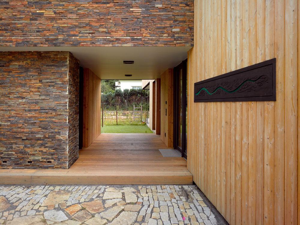 Vstup do domu je ukrytý vzavetrí ajeho terasa môže slúžiť aj ako vonkajšia jedáleň.