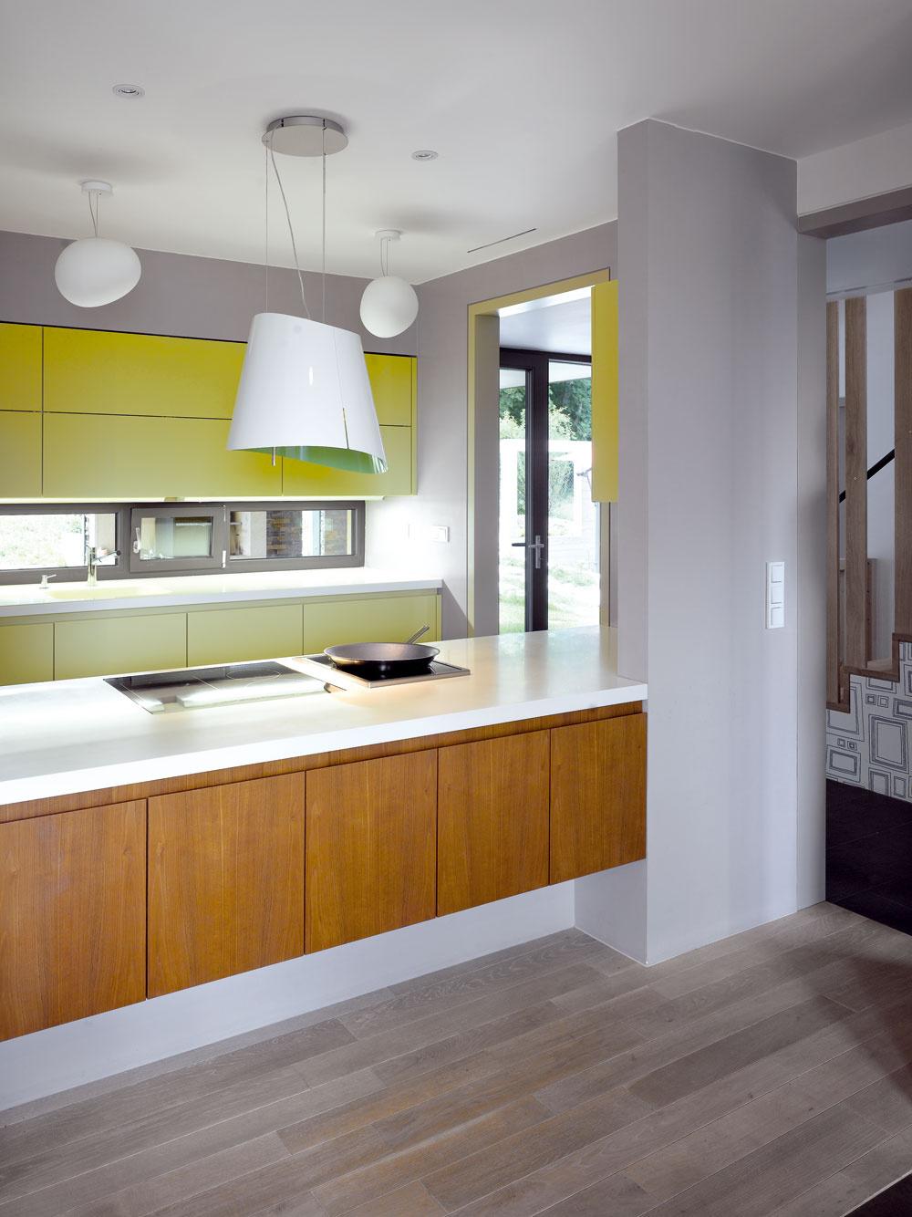 Kuchyňa je opticky prepojená nie len s interiérom, ale aj s exteriérom.