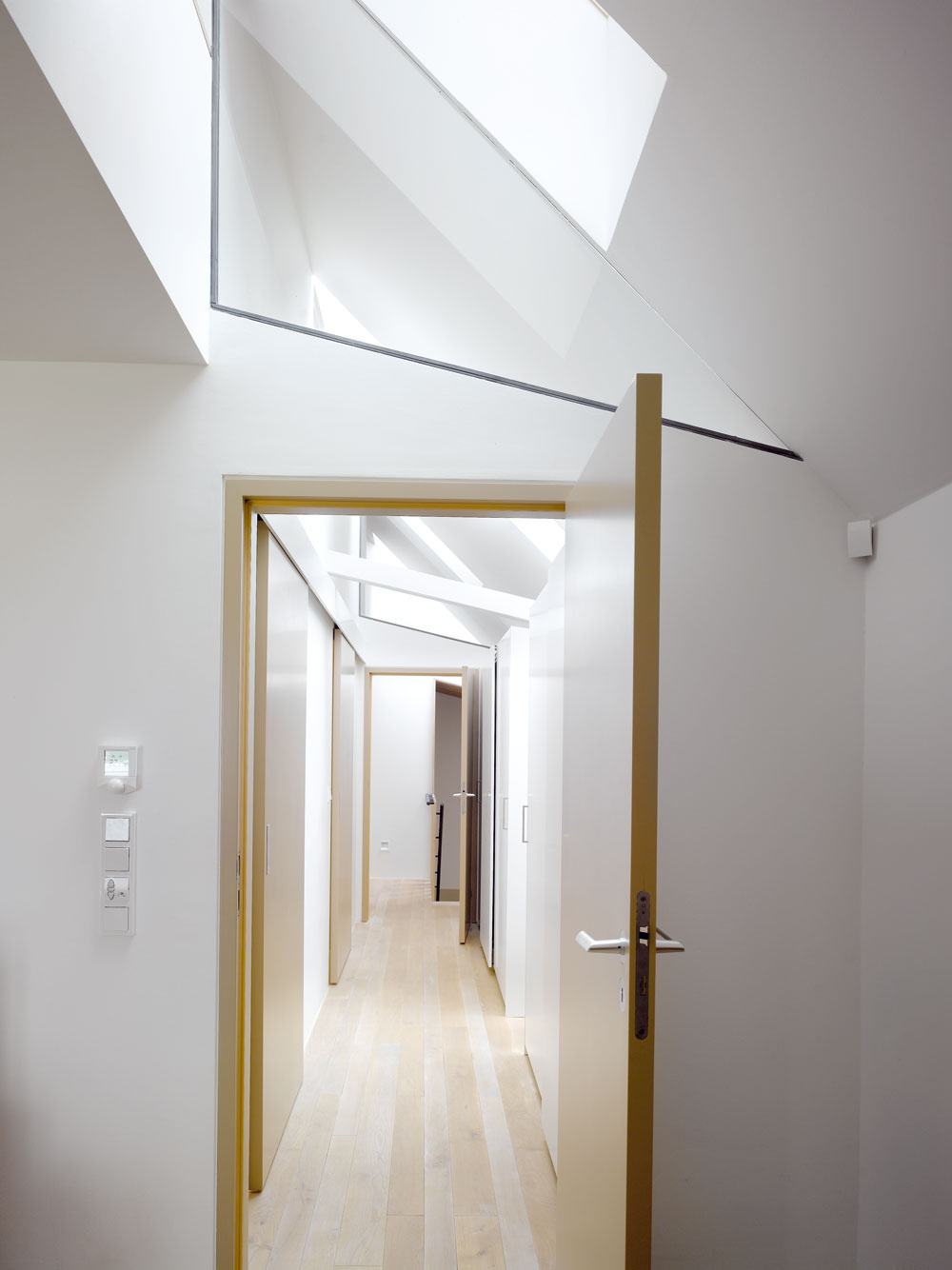 Chodba, ktorá pojala aj vstavané skrine, je presvetlená strešnými oknami.