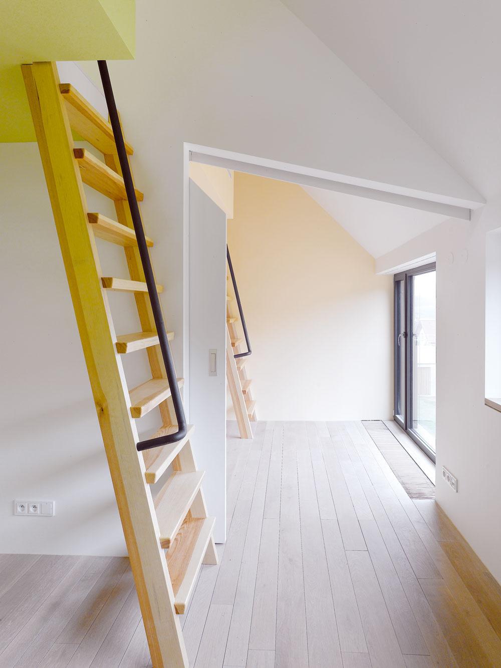 Všetky izby okrem jednej majú galériu – zašiváreň, či miesto na spanie, to závisí na obyvateľoch.