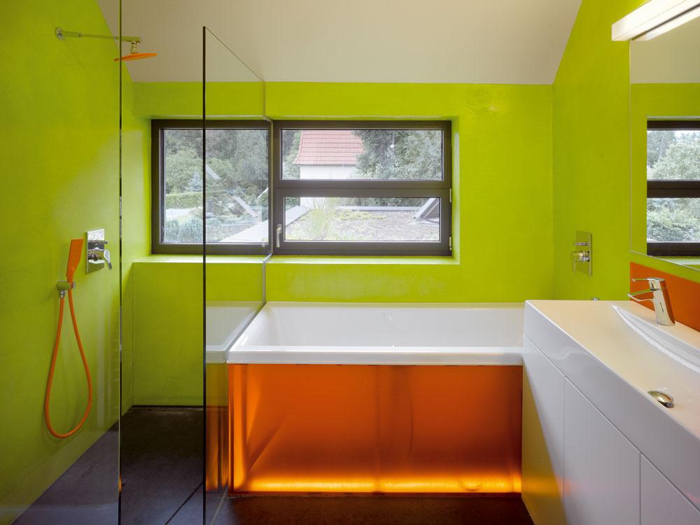Detská kúpeľňa žiari farbami,zaujala nás najmä oranžová plastová sprcha.