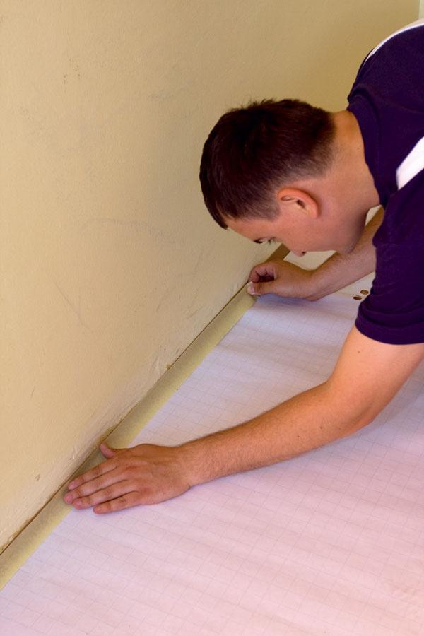 Pred natieraním nezabudnite na dôslednú prípravu miestnosti – oblepenie líšt azástrčiek sa ukáže ako dobrý nápad až pri upratovaní po dokončení maliarskych prác.
