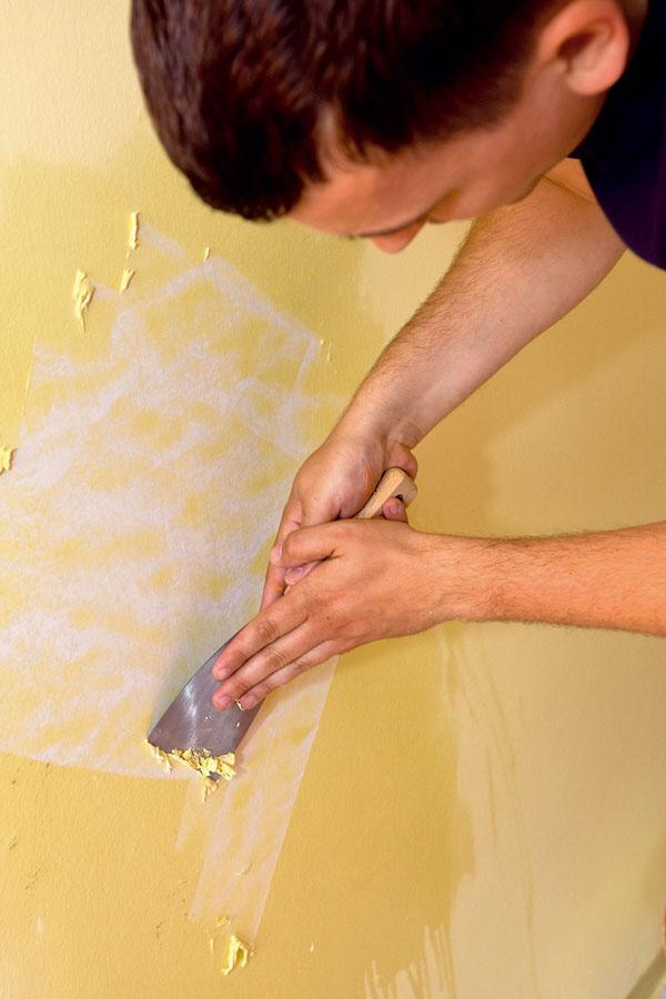 Starú farbu navlhčite pomocou valčeka namočeného vo vode. Takto navhlčenú farbu pomerne ľahko odstránite špachtľou. Ak však pôvodnú farbu nepotrebujete odstrániť, stačí ju spevniť penetračným náterom.