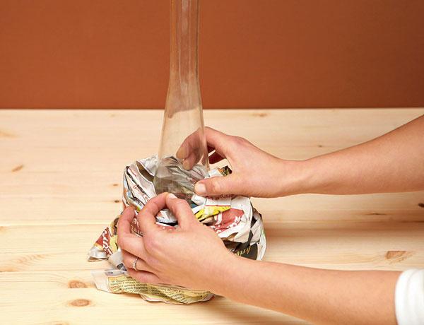 1.Staré noviny pokrčte aomotajte okolo vázy, prilepte ich na seba lepiacou páskou.