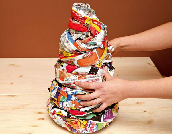 2.Noviny treba omotať vo viacerých vrstvách, aby váza získala objem.