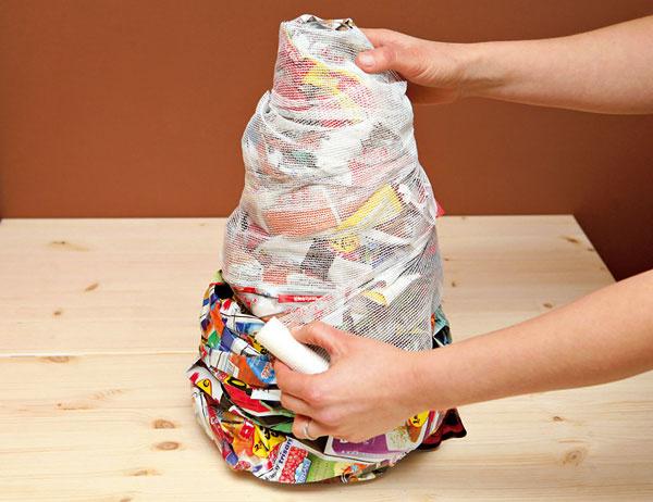 3.Na takto pripravenú vázu namotajte obväz. Nezabudnite: váza musí byť omotaná celá!