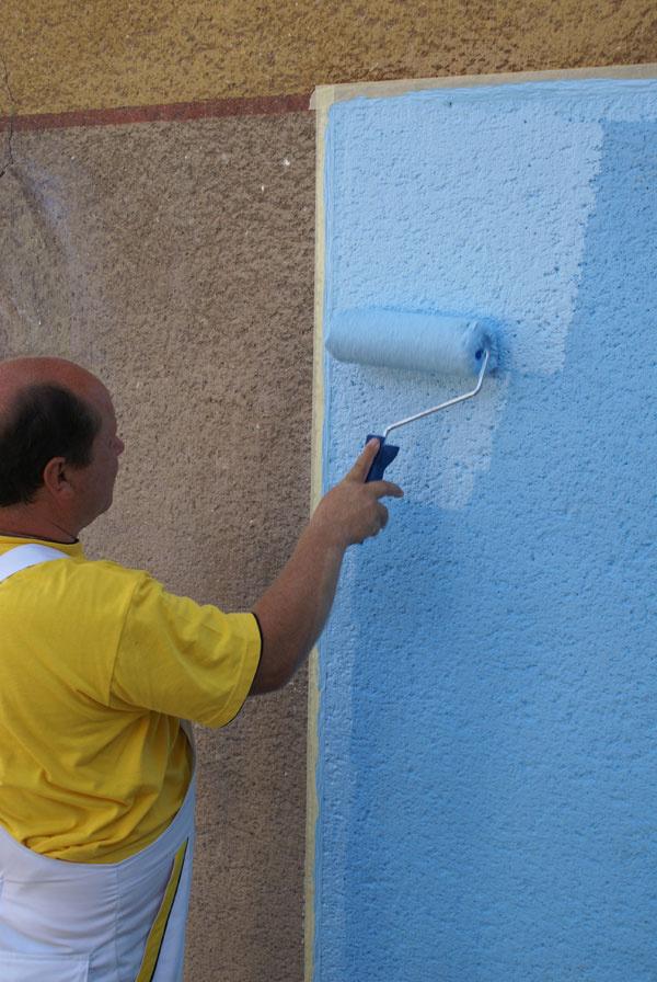 Očistenú fasádu napenetrujeme vhodným penetračným náterom: a) Penetrácia vytvorí film aspevní podklad. b) Po dostatočnom vyschnutí penetračného náteru začíname sprvým náterom fasádnou farbou. Odporúča sa ho vykonať maliarskou štetkou, aby sa farba dostala do všetkých pórov. c) Ďalšiu vrstvu robíme pozaschnutí prvého náteru valčekom. Ten nám umožní nanášať farbu vhustejšom prevedení.