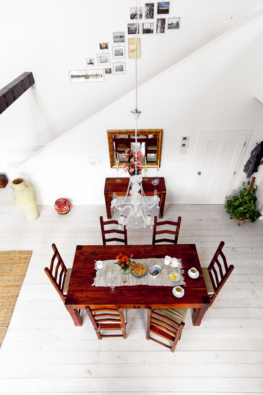 Vstrede domu, vjeho časti otvorenej až po hrebeň krovu, je jedáleň sveľkým dreveným stolom – takým, pri ktorom rady zakotvia všetky návštevy. Ikeď vyzerá šitý na mieru veľkému priestoru, tento nábytok si do novej jedálne priniesli zo starého bytu.