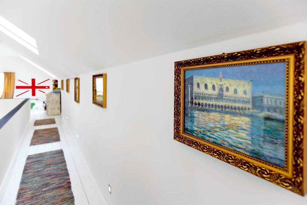 Chodba-galéria, ktorá je spojením medzi detskou izbou aspálňou, je miestom na obrazy.