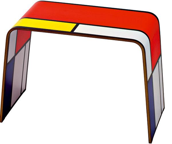 Malá jednoduchá taburetka pomôže pri obúvaní.