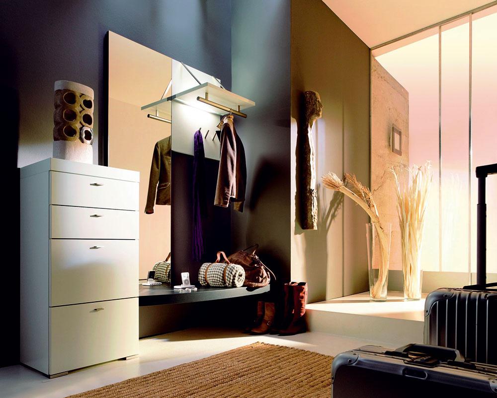 Moderno-klasická zostava snadčasovým dizajnom, ktorá dodá vstupnému priestoru elegantnciu, azároveň rešpektuje praktické požiadavky komunikačného uzla domácnosti.
