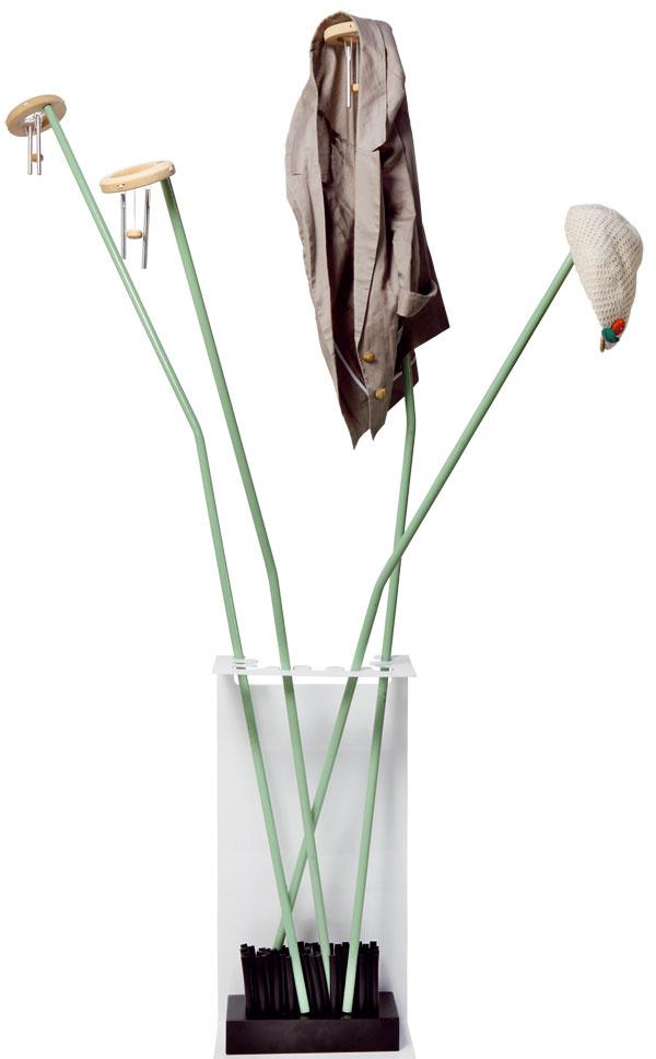 Solitérny stojanový vešiak je vhodnejší do väčšieho priestoru, ktorý mu dovolí dýchať. Vmalej predsieni by jednak prekážal azároveň by musel byť strčený čo najviac vkúte, čo mu nesvedčí. Tento dizajnovo zaujímavý kúsok snázvom Ikebana, rozhodne potrebuje priestor.