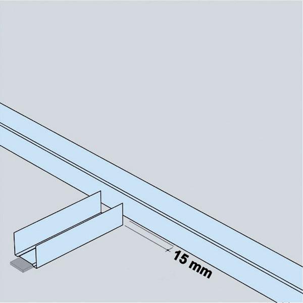 Pri pripojení dvoch priečok musí byť medzi vodiacimi profilmi medzera na vloženie dosky.