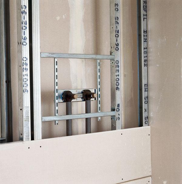 Inštalačné priečky (W116) ponúkajú možnosť vytvorenia voľného priestoru na vedenie akýchkoľvek inštalácií arozvodov (napríklad odpad WC alebo rozvod vody). Priečka sa skladá zdvoch radov profilov, ktoré sú ale od seba odsadené práve na vedenie inštalácií asú spojené pásmi sadrokartónových platní. Profily sa spájajú pásmi dlhými 300mm, vzdialenými od seba 600 mm. Pásy sú naskrutkované do profilov skrutkami TN. Na výšku priečky musia byť použité minimálne 3 tieto pásy.