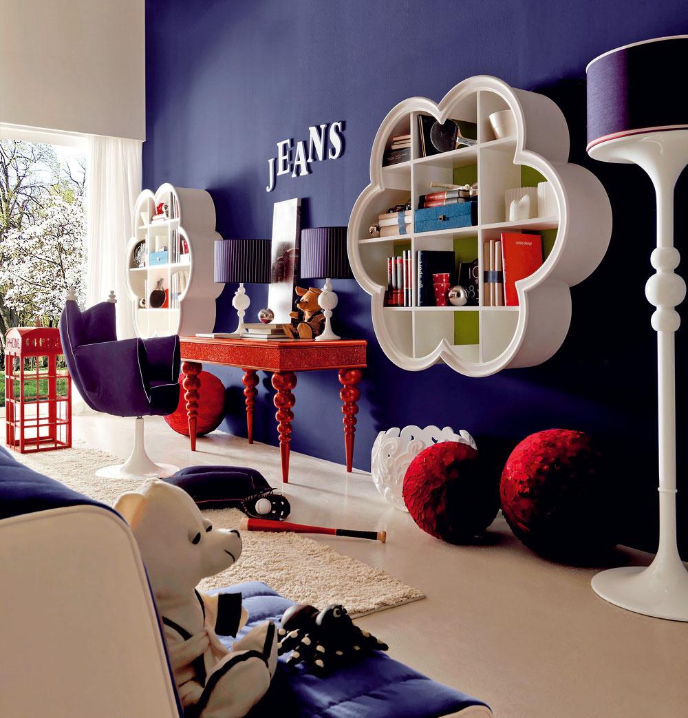 Okrem veselého tvaru zavesených políc, ktoré vytvárajú dizajnovú dominantu priestoru detskej izby, nás zaujal neobvyklý mix materiálov aštýlov. Denim, zamat, lesk, prúžky, lakované drevo, zaujímavé farby – kombinácie plné kreativity.