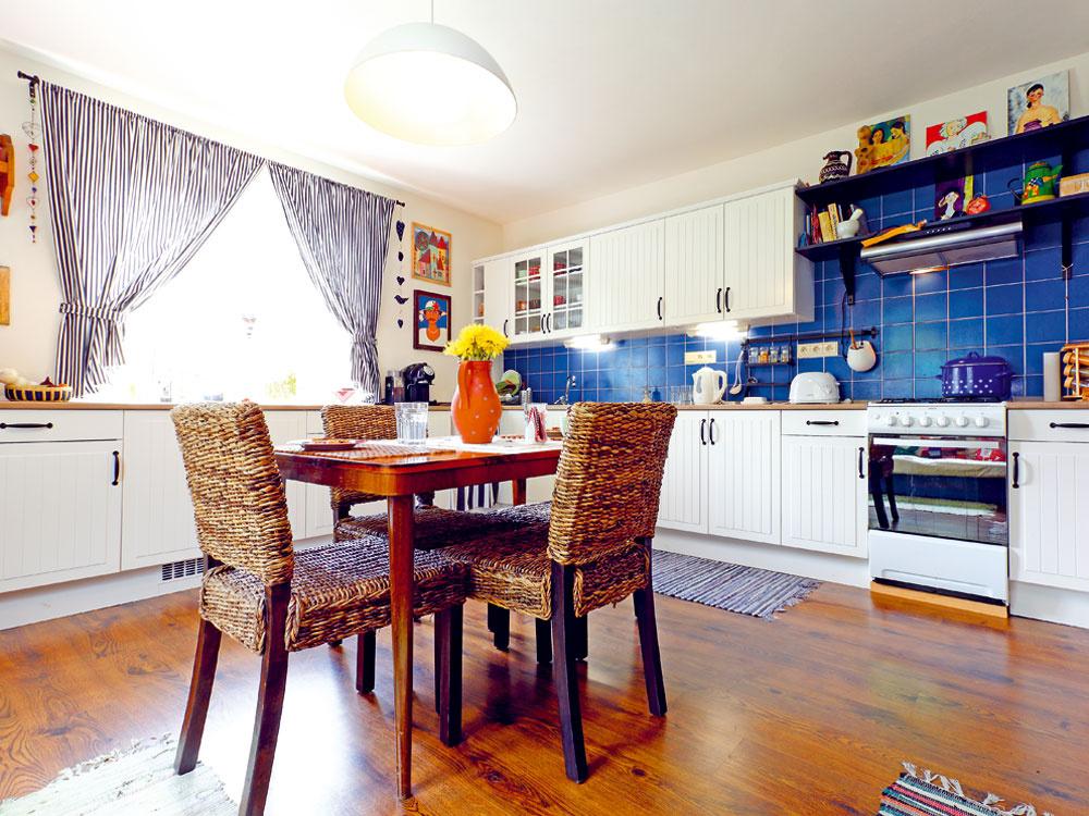 Kuchyňa – z núdze cnosť, ktorú Katka s Michalom vyberali podľa ceny, nakoniec dotvorila a vyzdvihla vidiecky charakter interiéru.