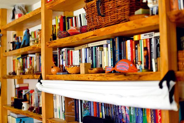 Televízor by ste v tejto domácnosti hľadali márne. Namiesto toho sú tu knihy a spoločenské hry. Pre prípad silnej televíznej túžby si manželia zadovážili premietacie plátno.