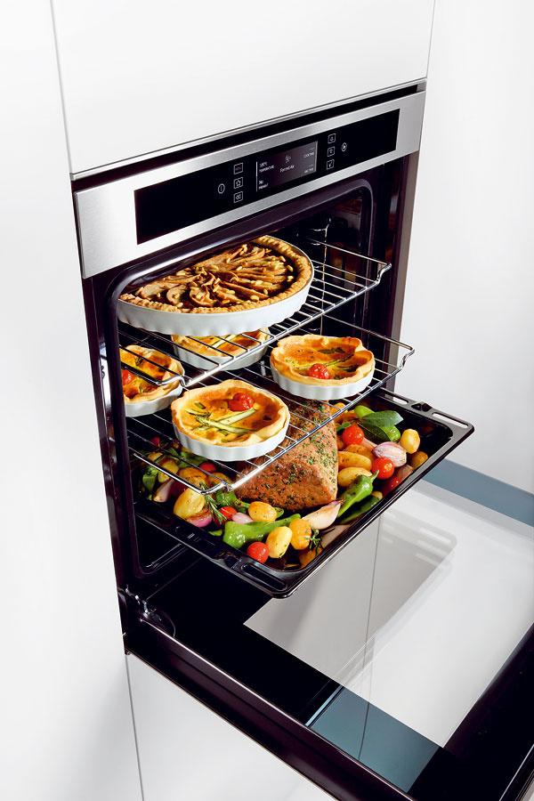 Elektrická rúra Whirlpool AKZM 663 IX Cube Fusion, senzorová technológia 6. Zmysel™, systém Ready2cook (distribúcia vzdušných prúdov snúteným obehom – rúra sa nemusí predhrievať), systém Cook3 (pečenie troch rozličných jedál súčasne), objem 73 l, špeciálne funkcie: kysnutie cesta, maxi pečenie (veľké kusy mäsa), pečenie chleba apizze, energetická trieda A–20 %. Cena 839 €.