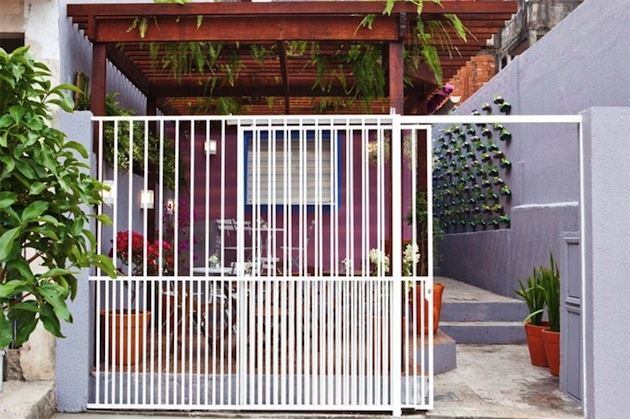 Na tejto farebnej terase v Brazílii sa realizoval projekt dizajnérskej firmy Rosenbaum, ktorý zaznamenal obrovský ohlas. Stovky PET fliaš našli nové uplatnenie a takouto recykláciou predĺžili svoj životný cyklus... Vertikálna mestská záhrada bola na svete a vznik veľkého množstva plastového odpadu zažehnaný.