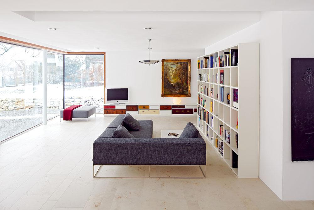 Obývacia izba je prepojená so záhradou veľkoformátovými oknami, ktoré priestor opticky niekoľkonásobne rozširujú.